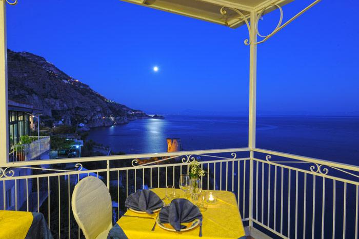 Vista serale su Praiano di una camera dell' hotel