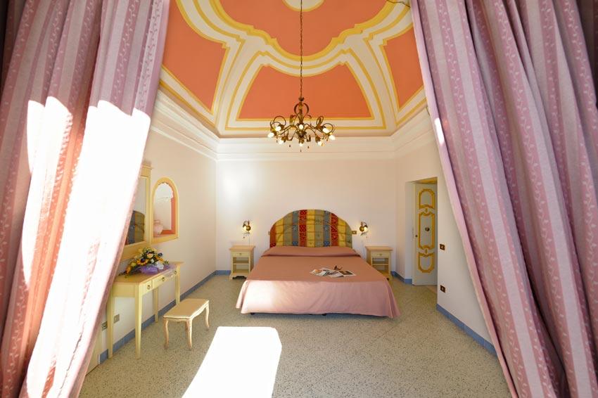 Camera elegante dell' albergo a Praiano