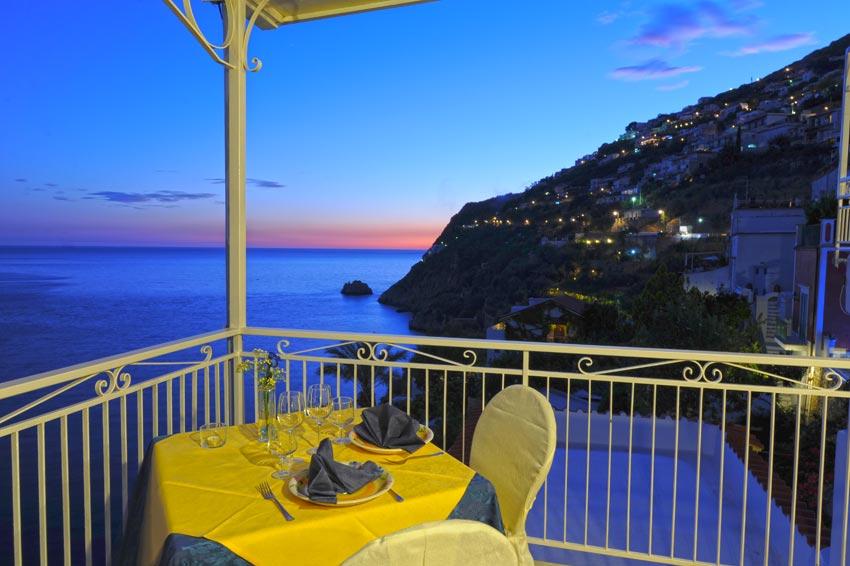 Romantica vista dell' albergo sulla Costiera Amalfitana